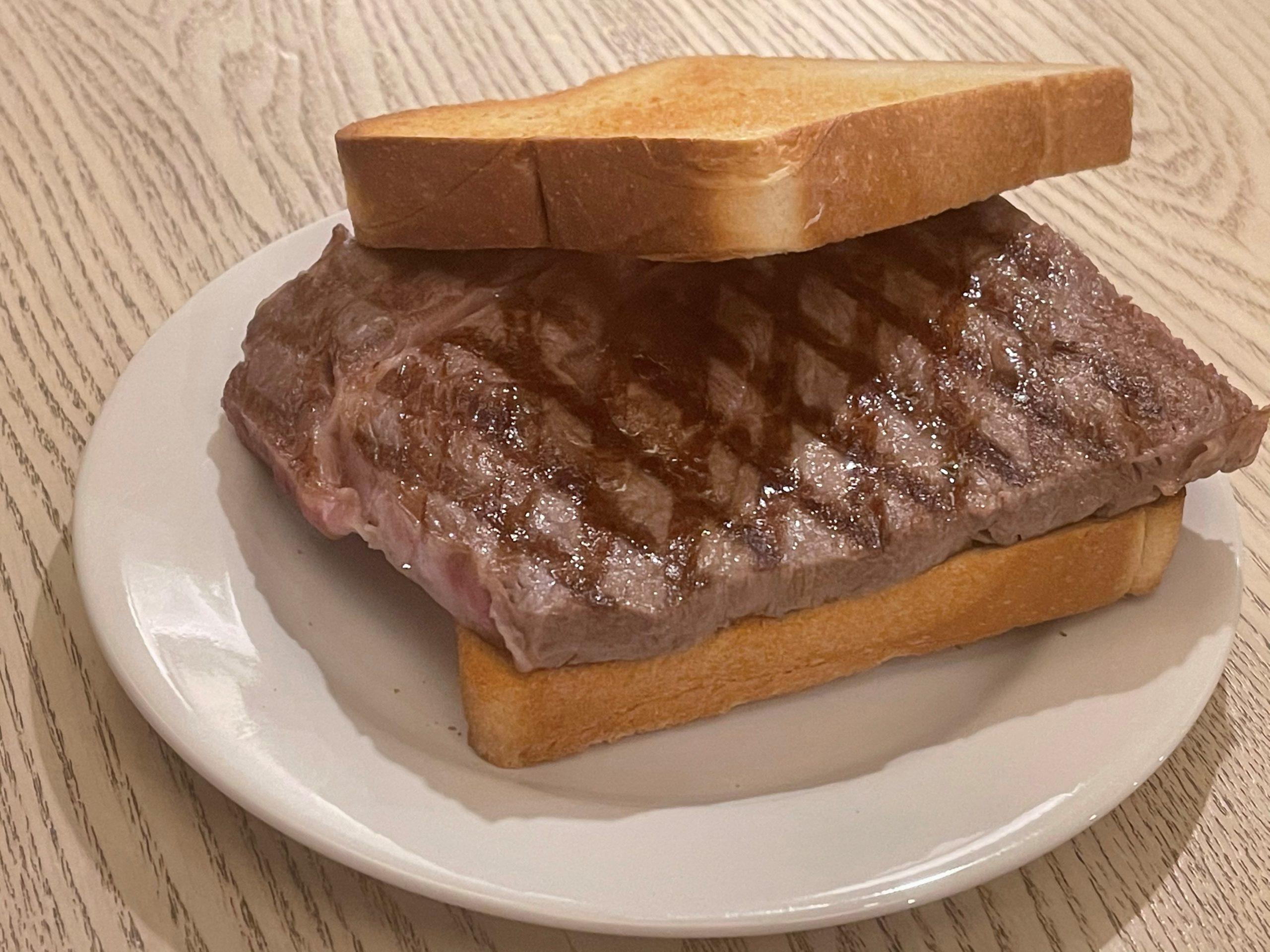 丁寧に焼かれたステーキサンド
