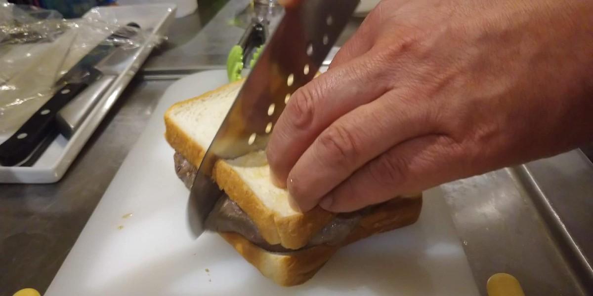 食べやすいようにステーキサンドを2つに切る