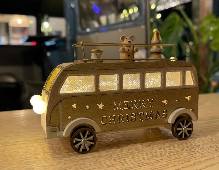 """""""Merry Christmas"""" の文字が光るワーゲンバスの模型"""