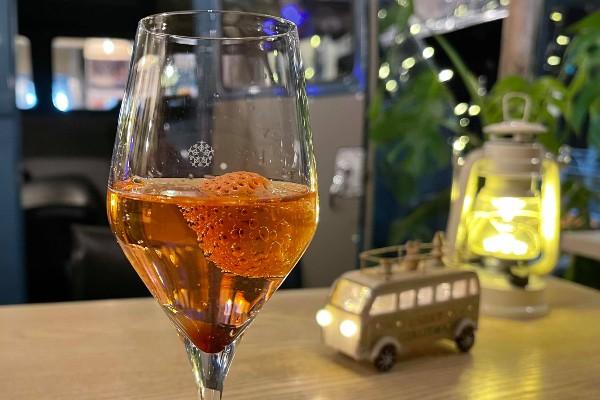 イチゴが浮かんだワイン