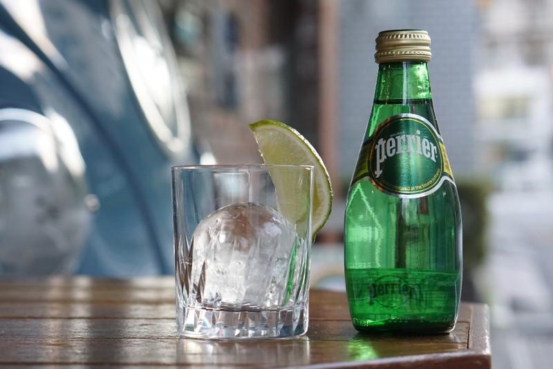 ペリエの瓶とライムが添えられたグラス