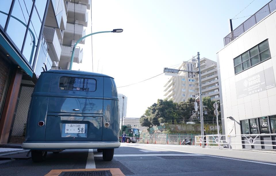 カフェテラオの前に置かれた青いワーゲンバス