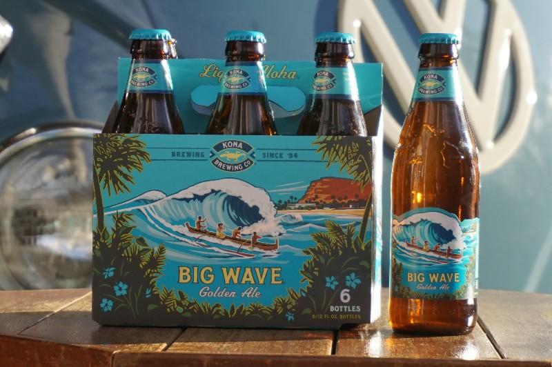 青いワーゲンバスの前に置かれたコナビール「BIG WAVE」