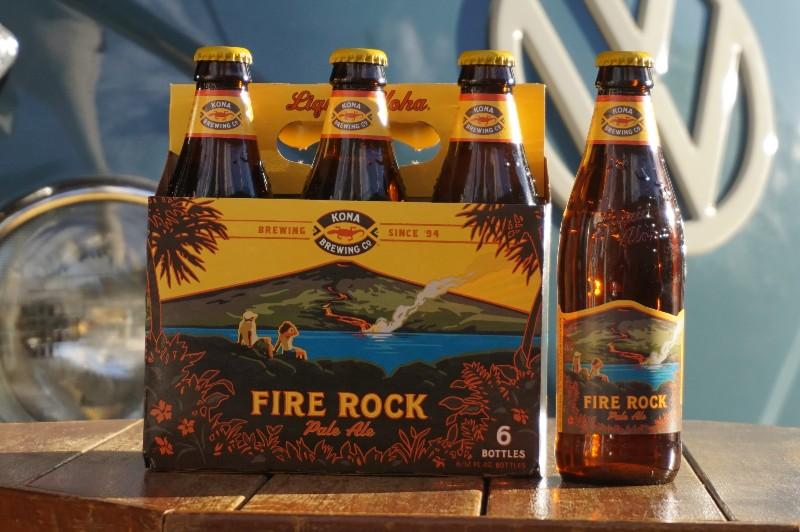 青いワーゲンバスの前に置かれたコナビール「FIRER ROCK」