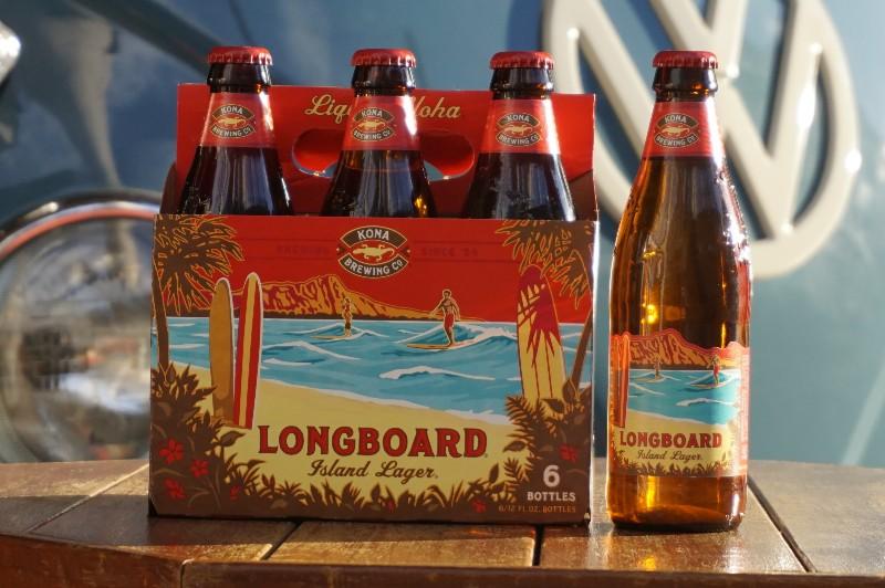 青いワーゲンバスの前に置かれたコナビール「LONGBOARD」