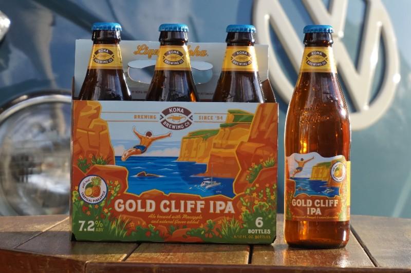 青いワーゲンバスの前に置かれたコナビール「GOLD CLIFF IPA」