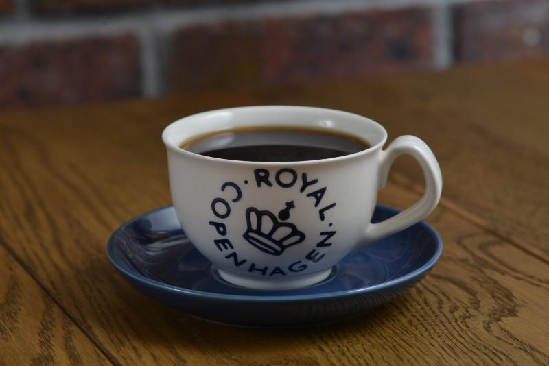 白と青のカップに注がれたコーヒー