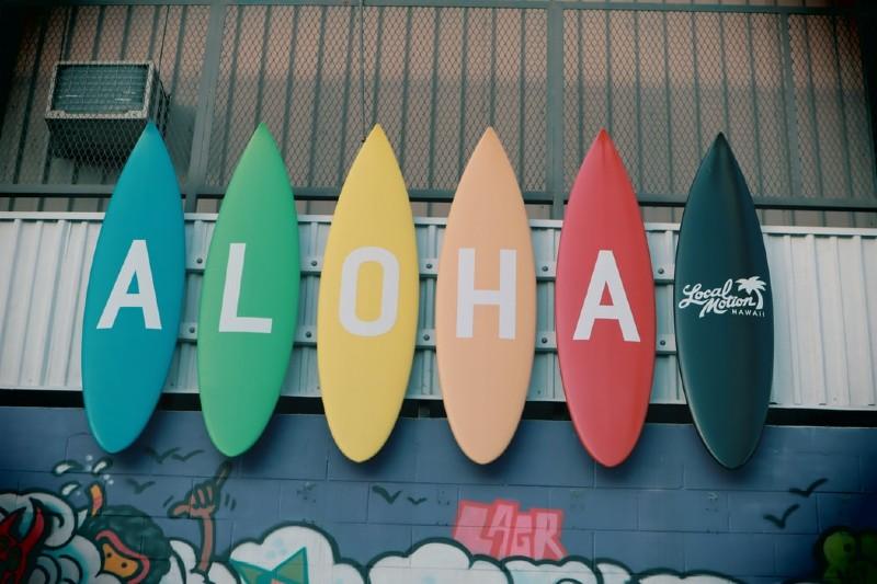 「ALOHA」と描かれたサーフボードが並んでいる様子
