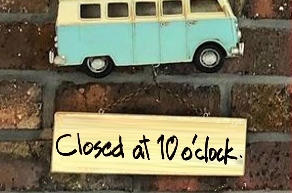ワーゲンバスのネームプレートに「Closed at 10 o'clock」の文字