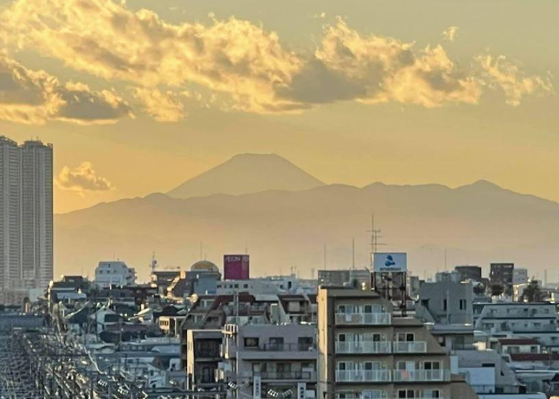 都内から見た富士山。初日の出の光がまぶしい