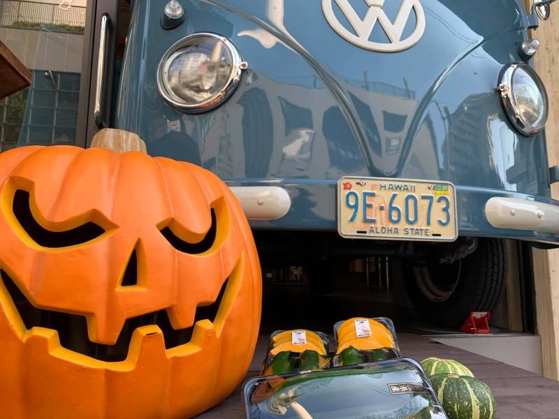 フロントだけ外に出てるワーゲンバスの脇には、オレンジのジャックオーランタンが