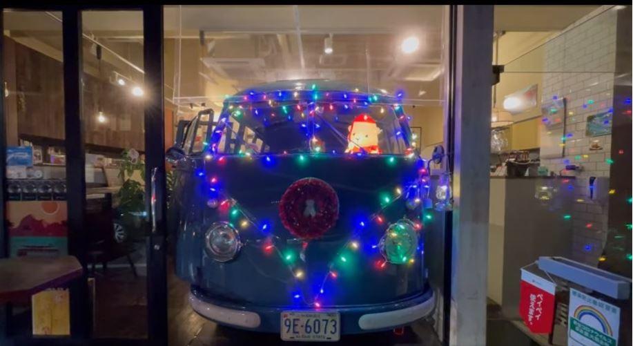 クリスマスのライトアップをしたワーゲンバスのフロント