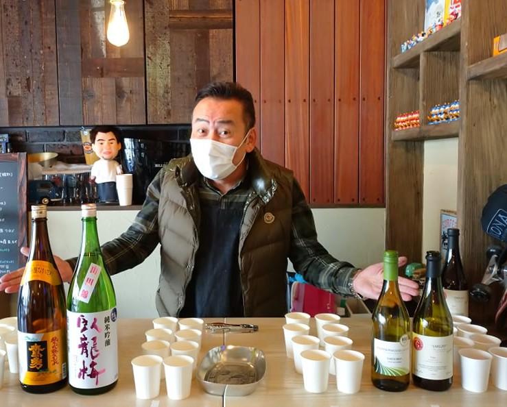 選りすぐりの日本酒とワインの瓶を並べお客さんを待つ寺尾君