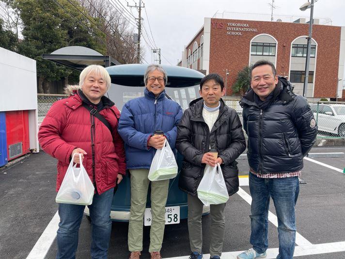 ステーキサンドの袋をうれしそうに持つ3人のお客さんと寺尾君