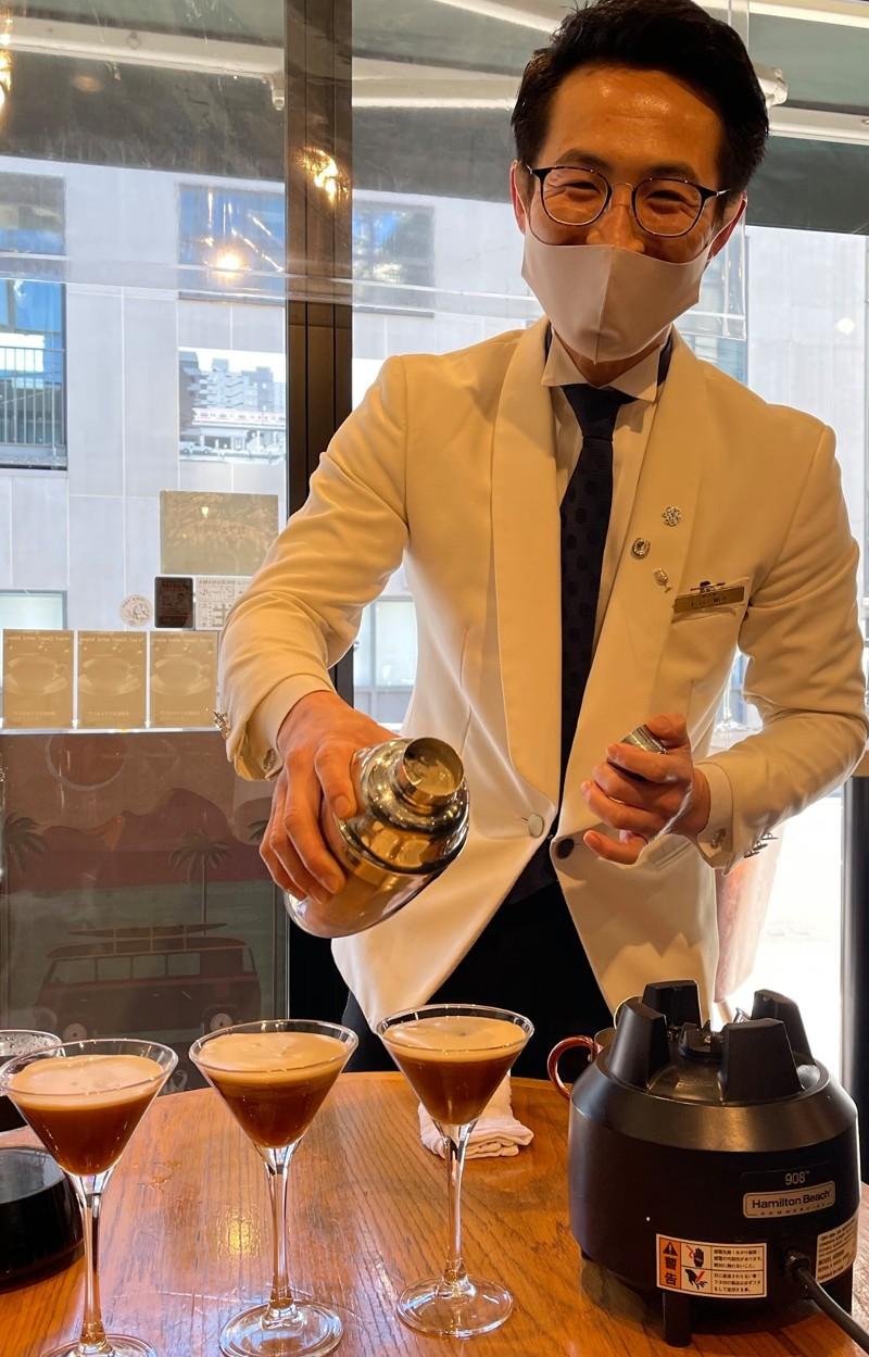 カフェテラオでカクテルを作る「バー保志」の杉谷さん