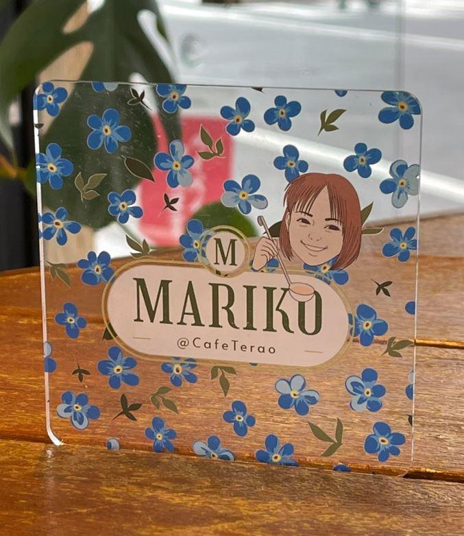 麻里子さんの似顔と花柄をあしらった麻里子さんプレート