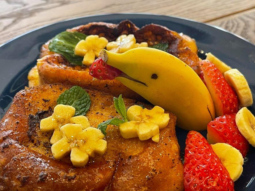 イチゴをくわえたイルカのようにカッティングしたバナナが可愛い「ドルフィン・フレンチトースト」