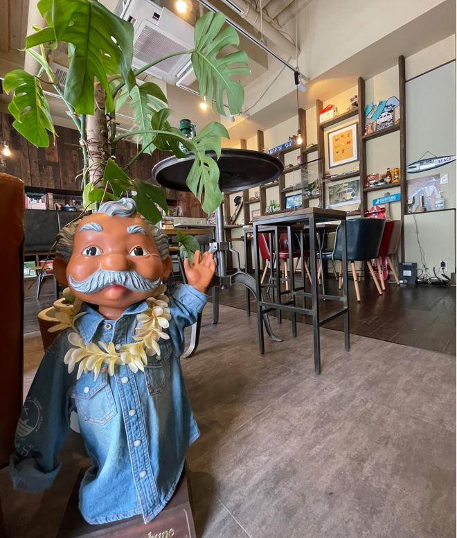 ハワイの木彫り人形越しに厨房とは逆側の店内を見る