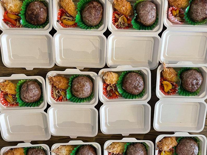 大きなハンバーグと彩り豊かな付け合わせが詰まったランチボックスが並んでる