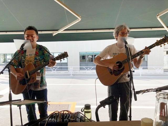 2人並んでギターを弾きながら歌う筆者阿部のユニット